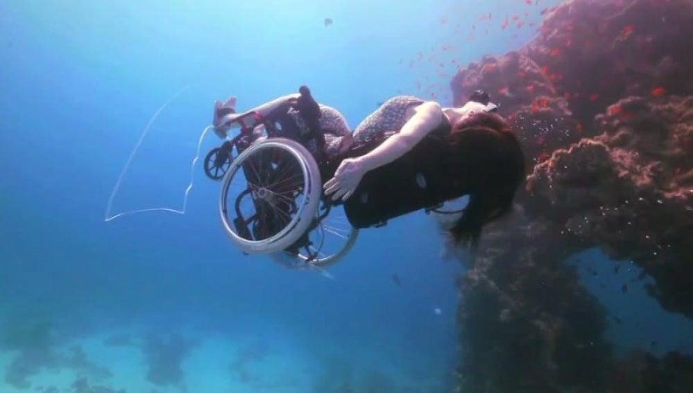 Una sirena en silla de ruedas