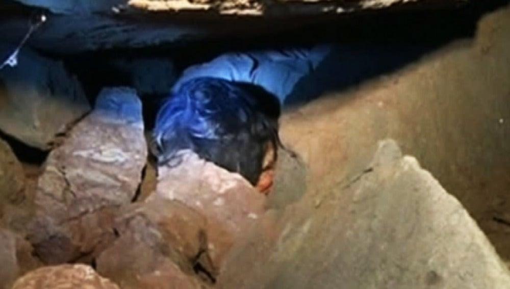 Una mujer anciana ha sido rescatada en China tras permanecer tres días bajo una enorme roca