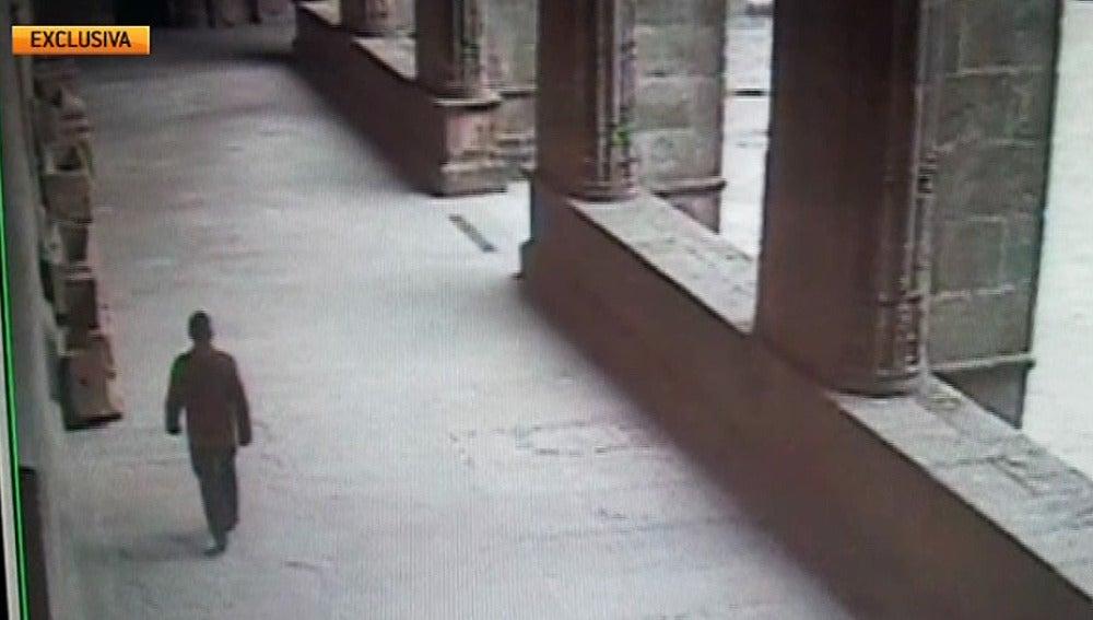 El ladrón del Códice Calixtino, grabado por una cámara