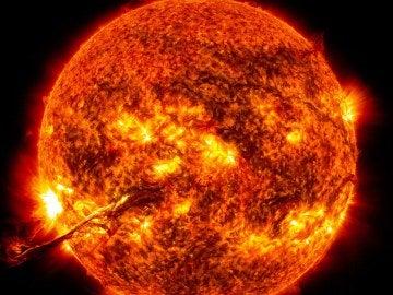 El 'látigo solar' emerge del Sol