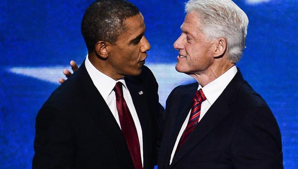 Barack Obama saluda a Bill Clinton