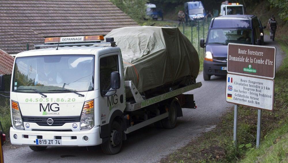 La gendarmería francesa escolta el coche en el que han asesinado a la familia británica