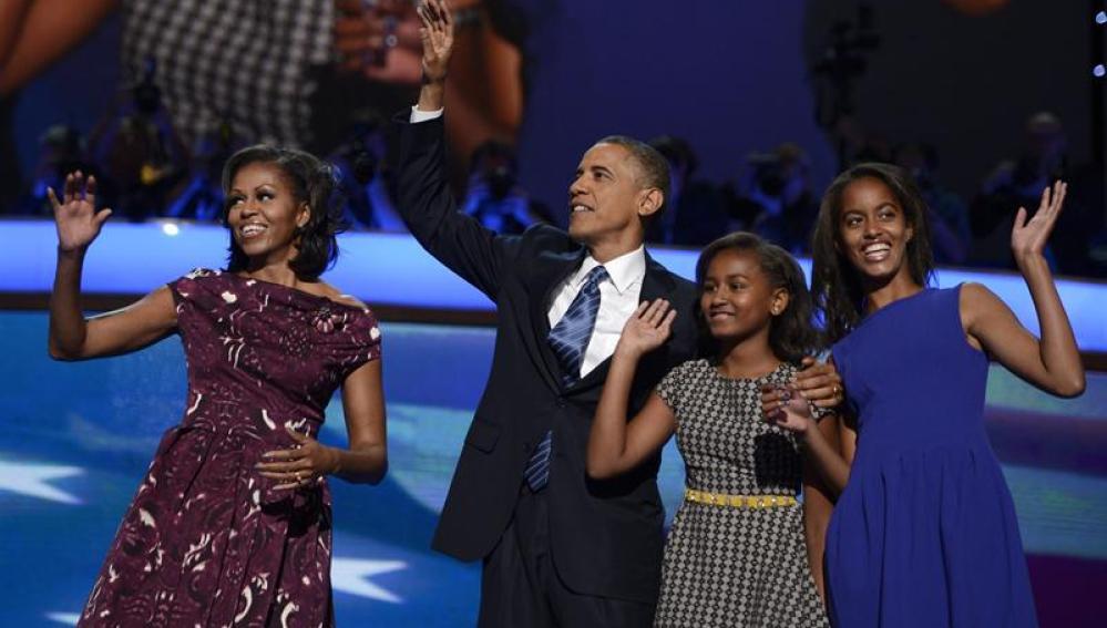 Michelle y Barack Obama junto a sus hijas.