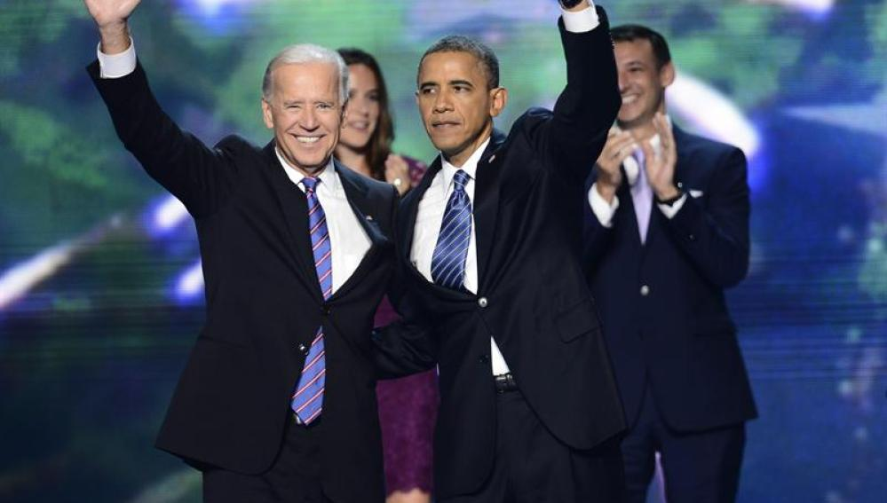 Obama saluda junto al vicepresidente, Joe Biden