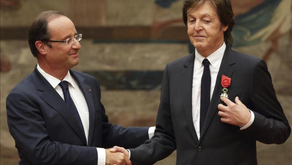 Paul McCartney, condecorado por el presidente de la República Francesa, François Hollande