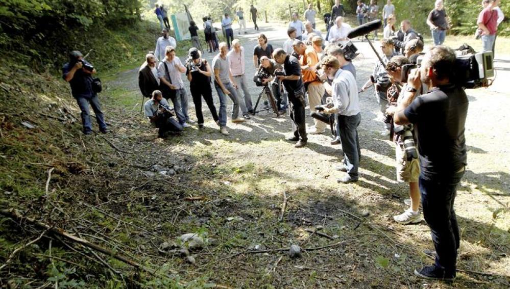 Los periodistas toman notas en el lugar del crimen