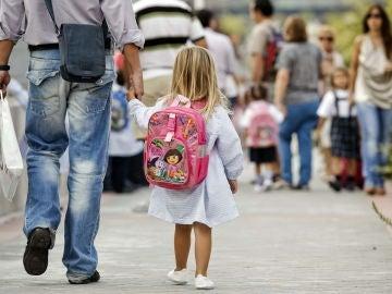 Padre que acompaña a su hija al colegio