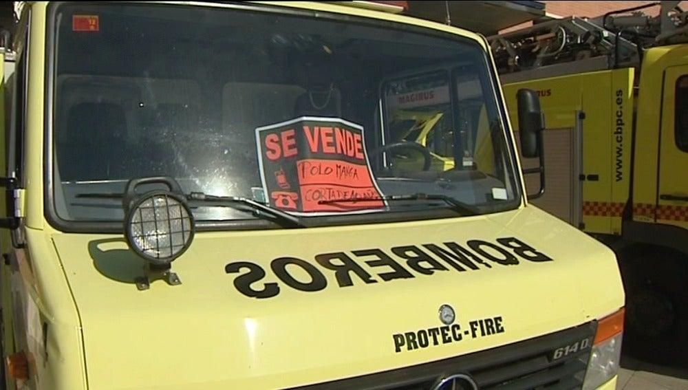 Un chino quiere comprar un camión de bomberos al ver los carteles protesta de 'se vende'