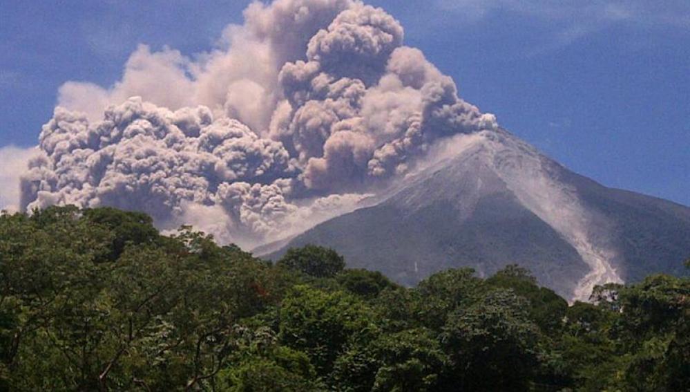 Volcán Fuego en erupción