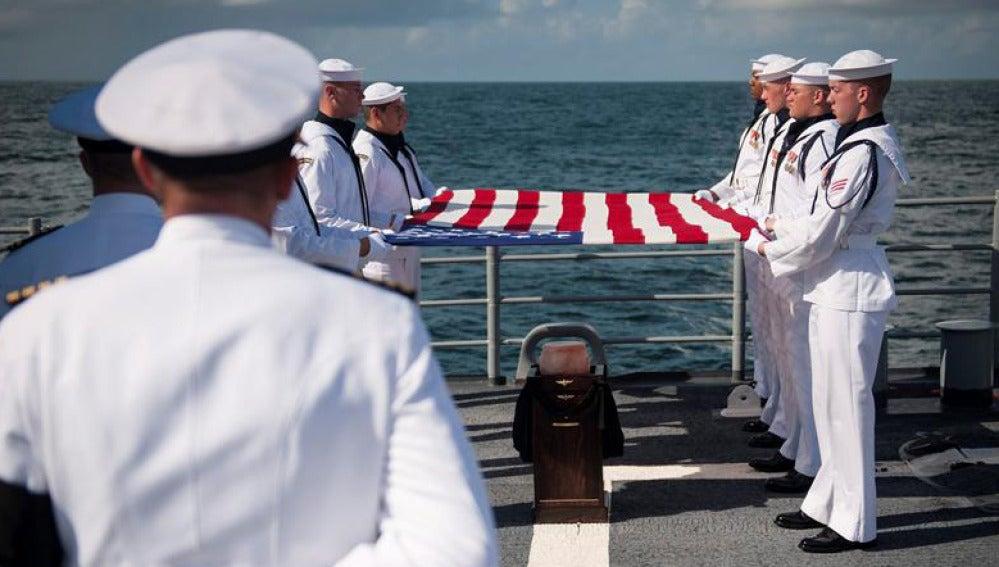 Esparcen las cenizas del astronauta Neil Armstrong en el océano Atlántico