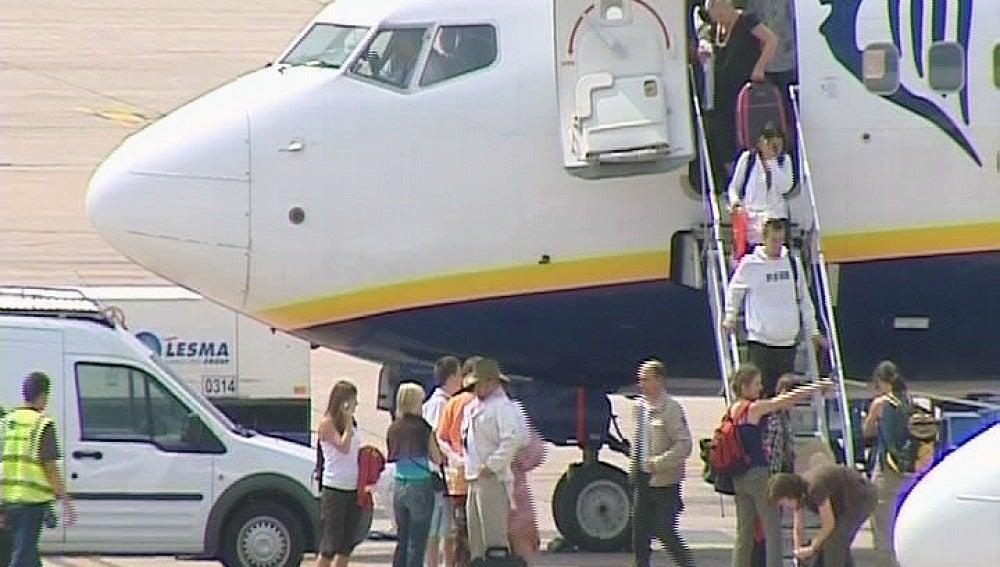 Pasajeros de Ryanair abandonan un avión de la compañía