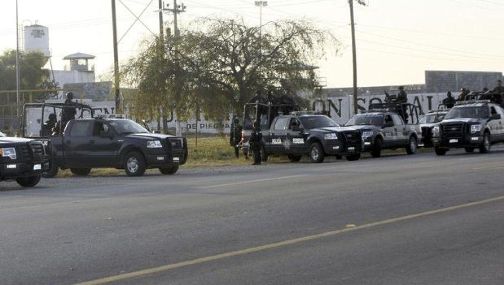 Policías frente a la prisión de Piedras Negras