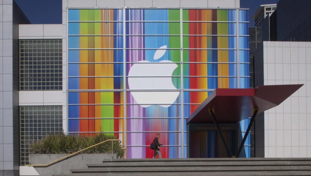 Vista de una fachada en San Francisco con el logo de Apple
