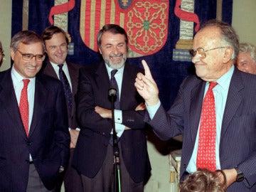 Santiago Carrillo sostiene la peluca con la que entró clandestinamente en España