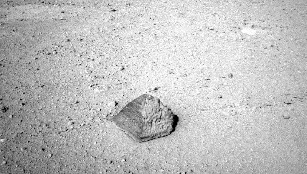Piedra con forma de pirámide en Marte