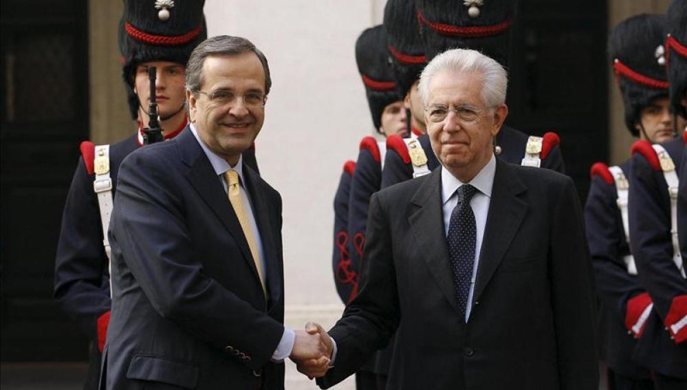 El primer ministro griego Antonis Samaras junto a Mario Monti