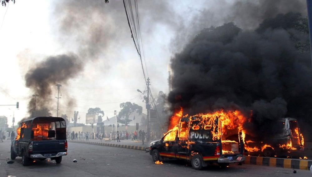 Coches policiales incendiados por manifestantes en Pakistán