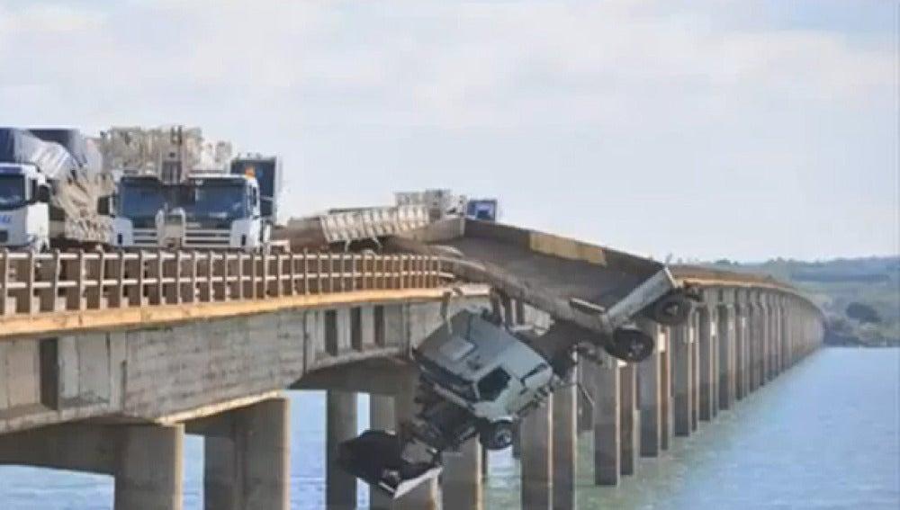 Un camión queda suspendido de un puente en Brasil
