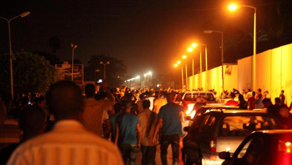 Manifestantes protestando contra las milicias armadas en Bengasi
