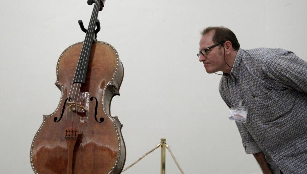 Un hombre observa el violonchelo restaurado del Cuarteto Stradivarius en la Colección Real