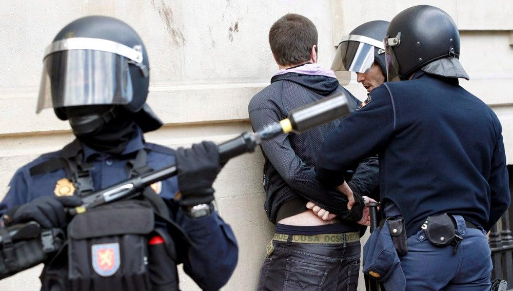 La Policia Nacional identifica a un joven en Pamplona