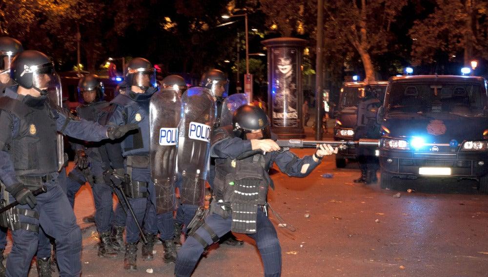Carga de los antidisturbios en el Paseo del Prado
