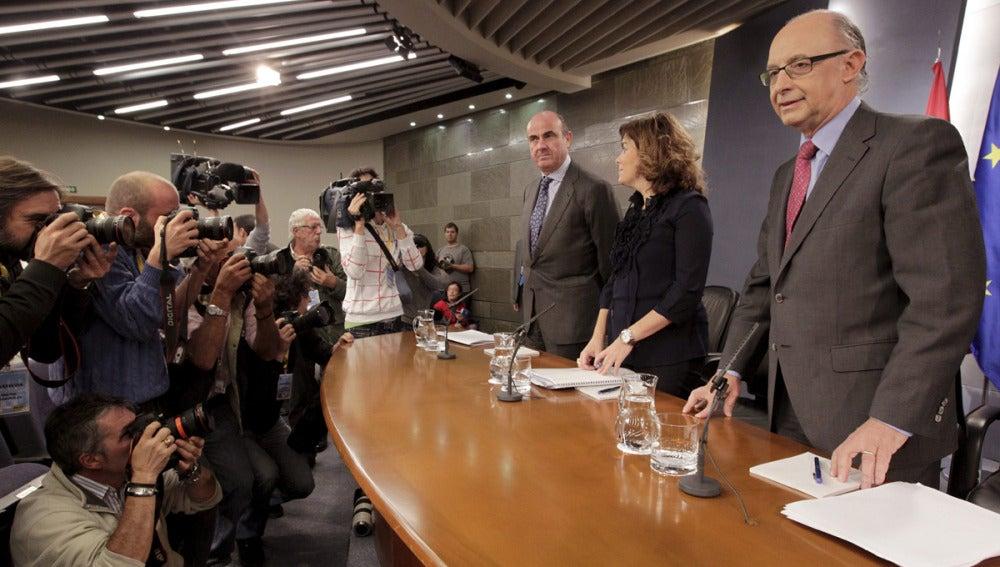 De Guindos, Sáenz de Santamaría y Montoro en la rueda de prensa