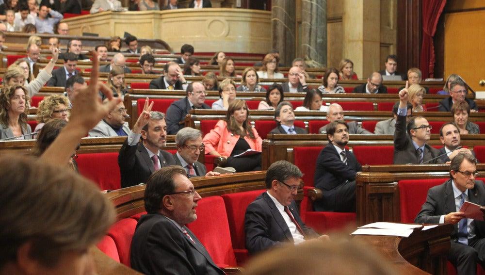 El Parlamento catalán aprueba una propuesta para convocar una consulta soberanista