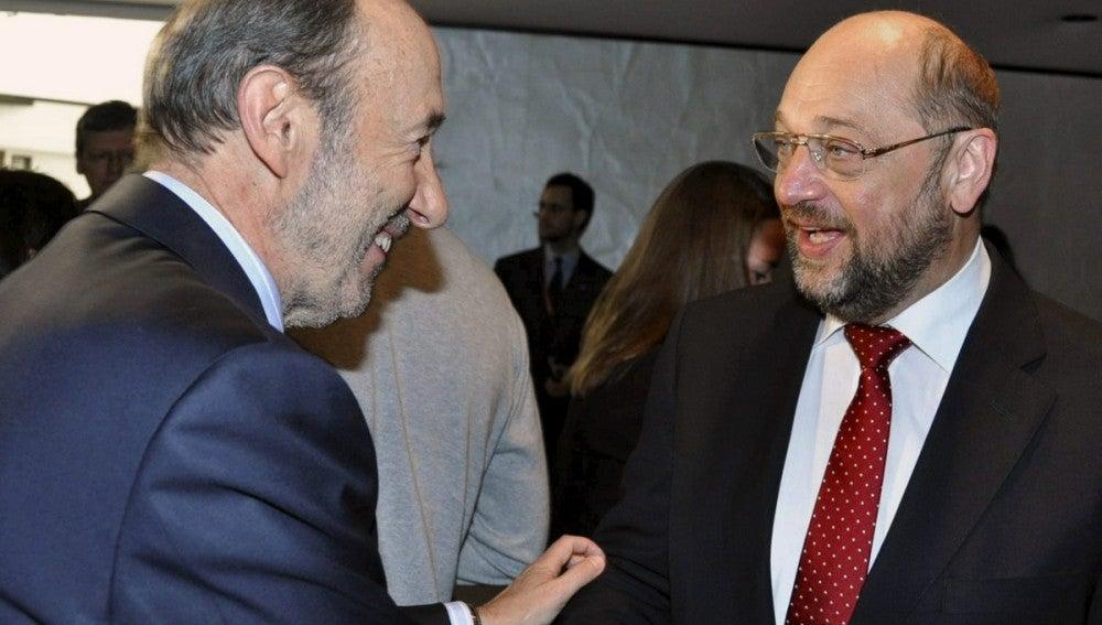 """Rubalcaba pide al Gobierno que """"renegocie"""" las condiciones de las ayudas bancarias."""