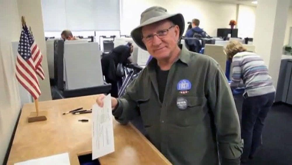 Un norteamericano vota un mes antes de las elecciones