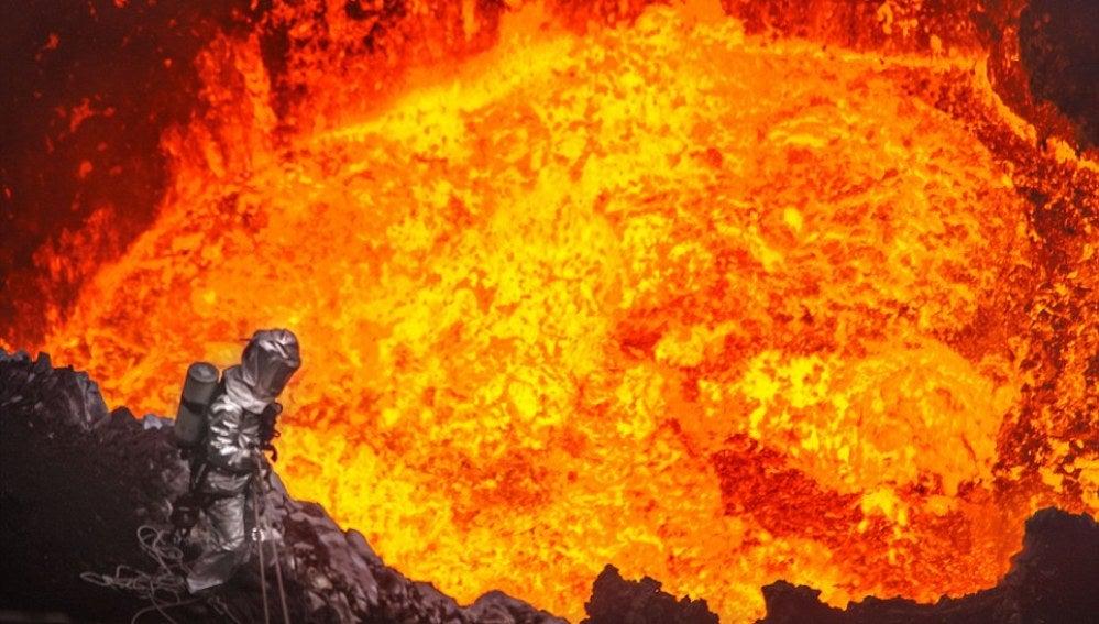 Geoff Mackley se acerca a 30 metros de la erupción de un volcán