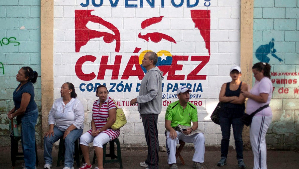 Los votantes esperan a poder votar en Caracas
