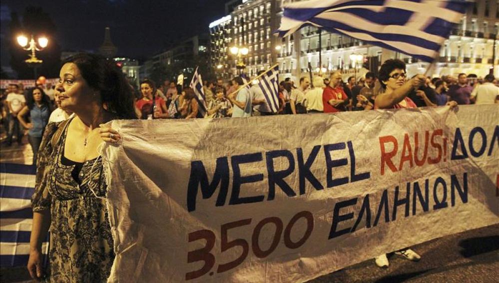 """Pancarta en la que se puede leer """"Fuera Merkel"""" durante la manifestación"""
