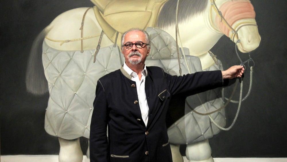 Botero posa con una de sus obras en Bilbao