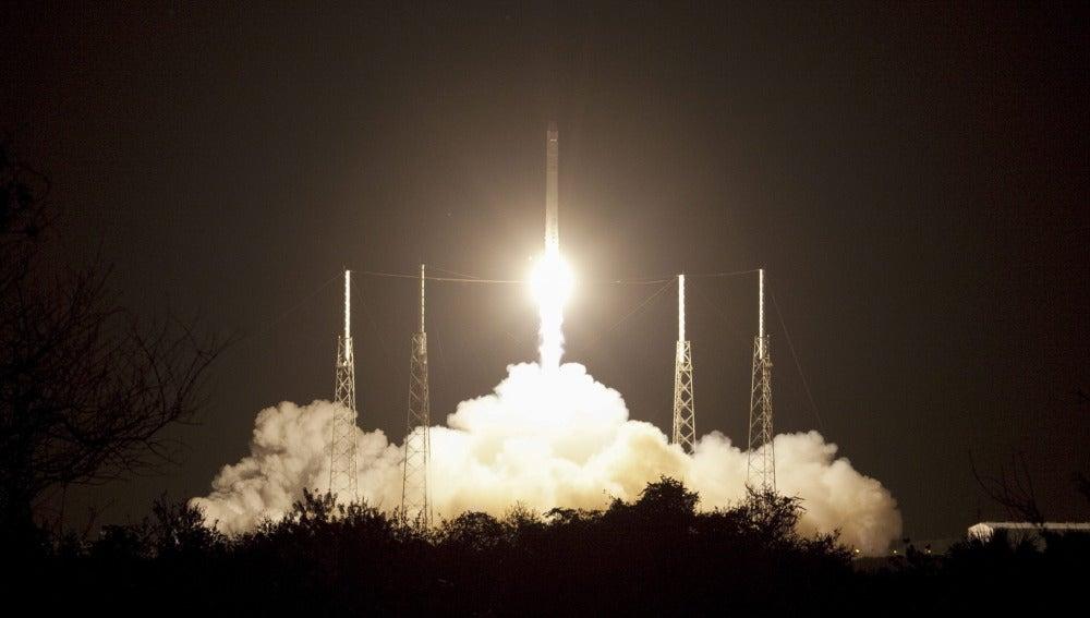 Despegue del cohete SpaceX Falcon 9 y la cápsula Dragon