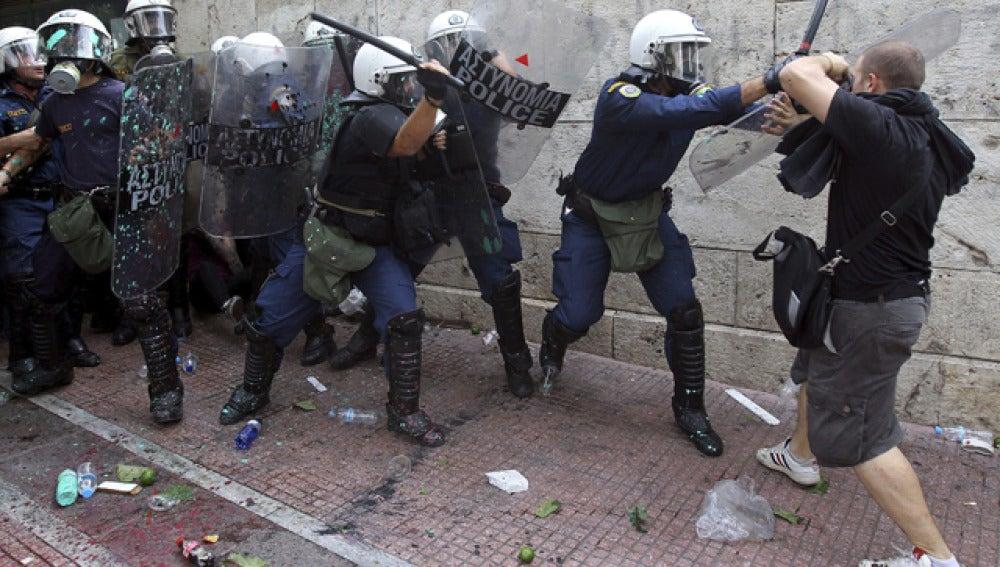 Choque entre manifestantes y policía griega
