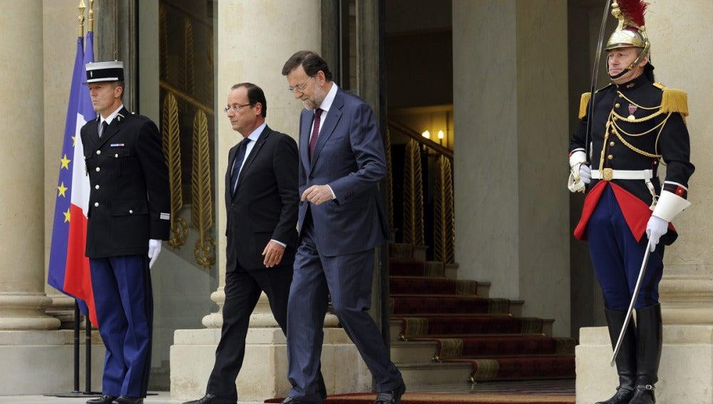 Rajoy sale del palacio del Elíseo en París junto a Hollande