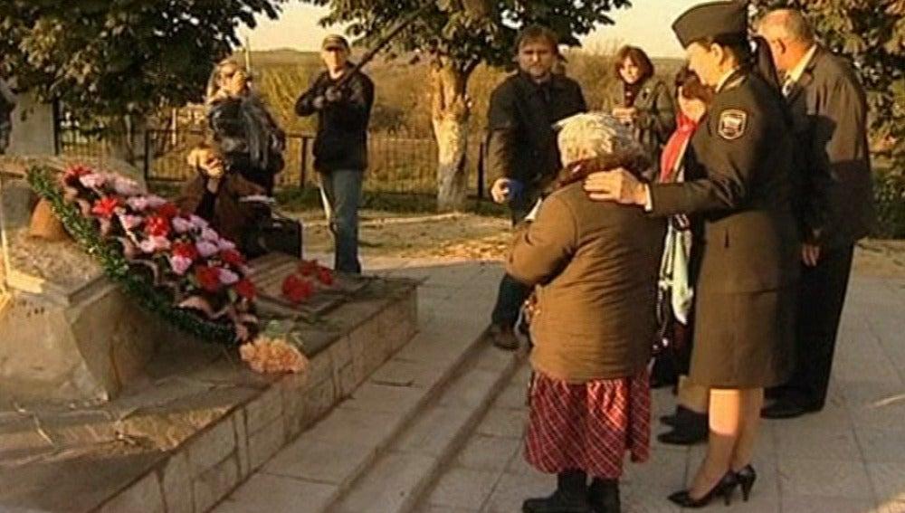 La mayor de las abuelas rusas encuentra la tumba de su padre