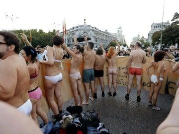 Varias personas durante la manifestación-cacerolada internacional