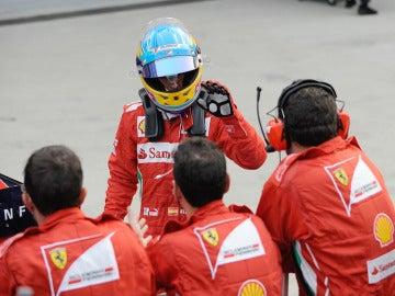 Fernando Alonso saluda a sus mecánicos tras acabar el GP de Corea