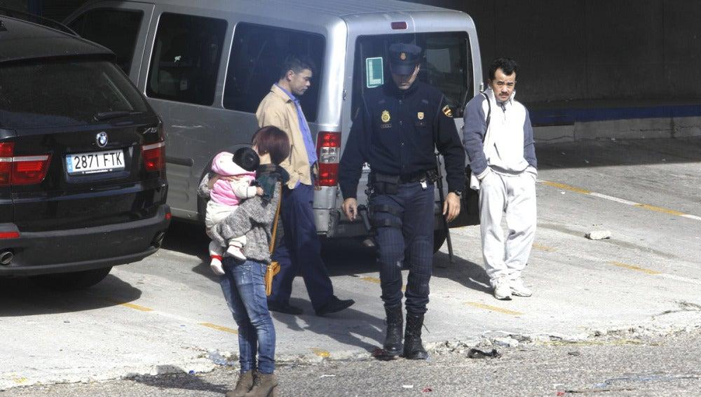 Un agente de la Policía Nacional junto a ciudadanos chinos