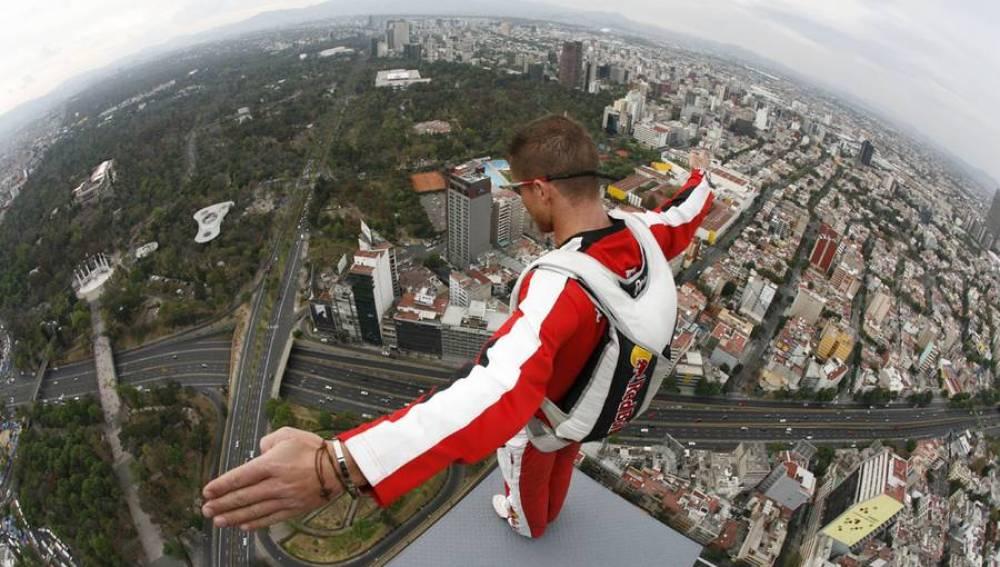 Felix Baumgartner saltando desde Torre Mayor en México