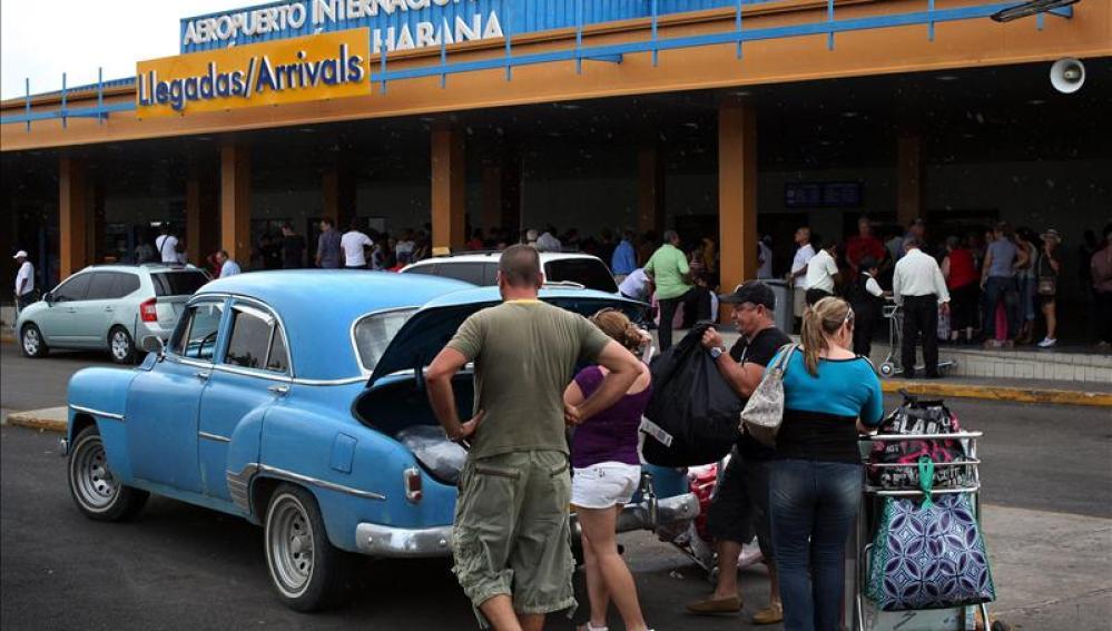Viajeros cubanos en el aeropuerto de La Habana