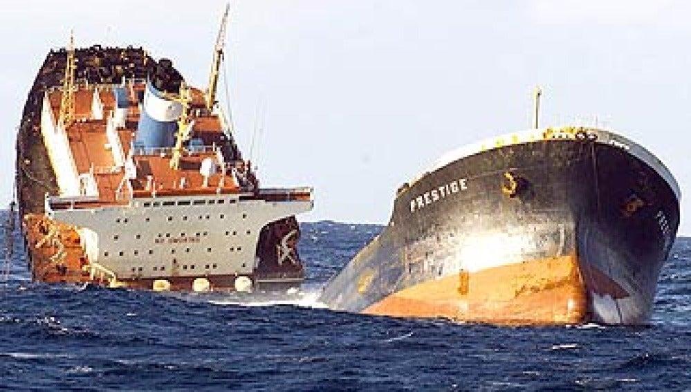 El Prestige se hunde frente a las costas gallegas