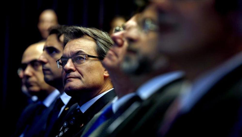 El presidente de la Generalitat, Artur Mas, acompañado de varios miembros del cuerpo consular acreditado en Cataluña