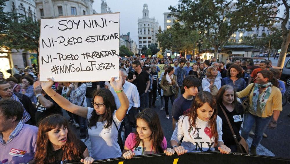 Varios miles de estudiantes y padres de alumnos en una manifestación
