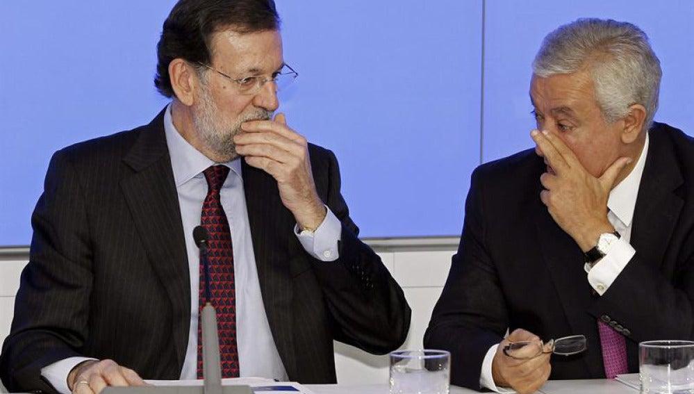 Rajoy conversa con  Arenas durante la Ejecutiva del PP