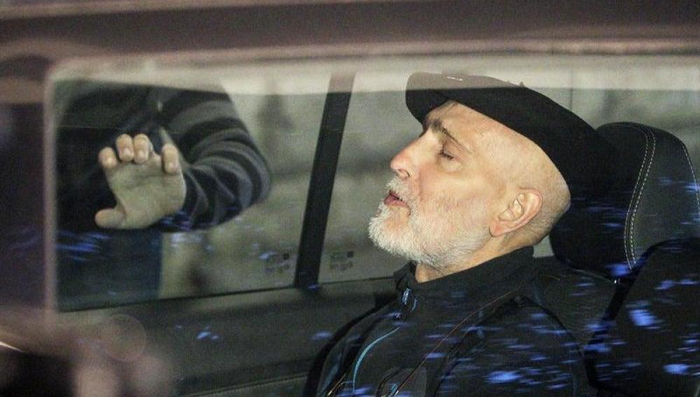 El preso de ETA enfermo de cáncer sentado en el coche tras salir del Hospital Donostia