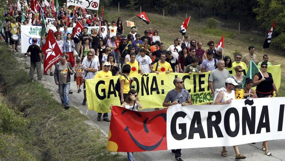 Pancartas en una marcha contra la Central Nuclear de Garoña