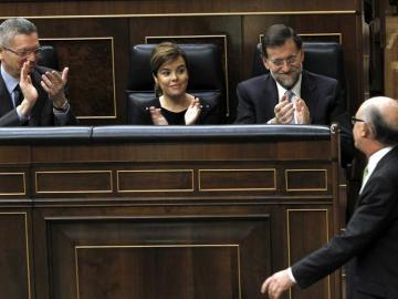 Rajoy y Santamaría apoyan a Montoro en el Congreso